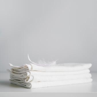 Serviettes blanches empilées vue de face
