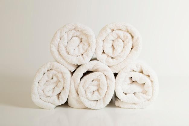 Serviettes blanches empilées