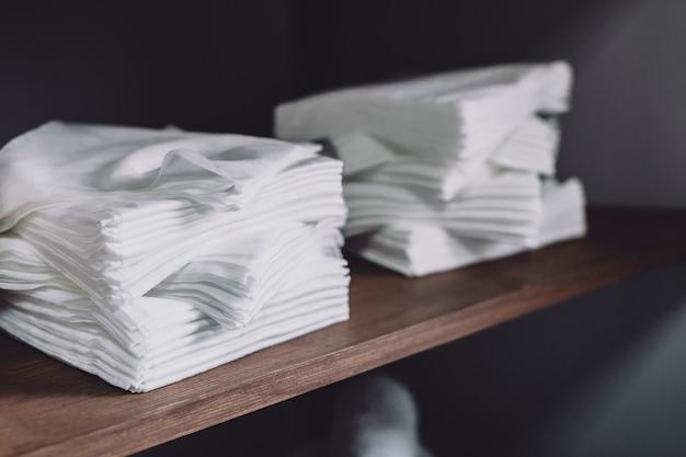 Serviettes blanches sur étagère