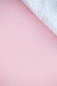 Serviettes blanches de magnifique spa sur fond de table rose avec fond