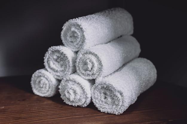 Serviettes blanches posées