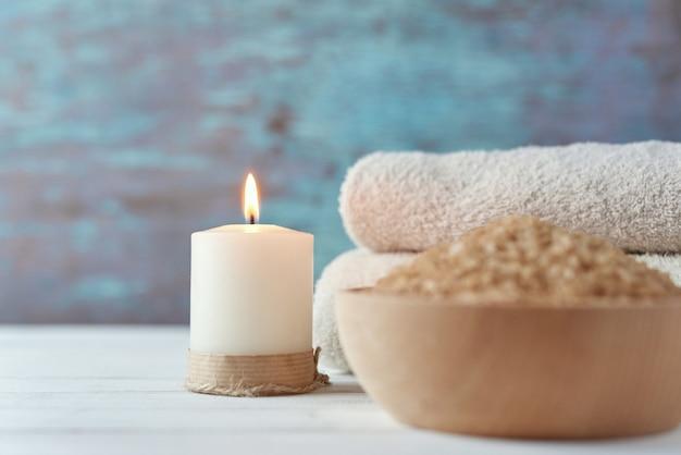 Serviettes, bougie et sel de spa se bouchent