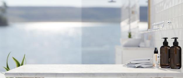 Serviettes de bouteilles de shampoing sur une table en marbre avec un espace au-dessus de l'intérieur de la salle de bain et une vue lumineuse sur l'océan