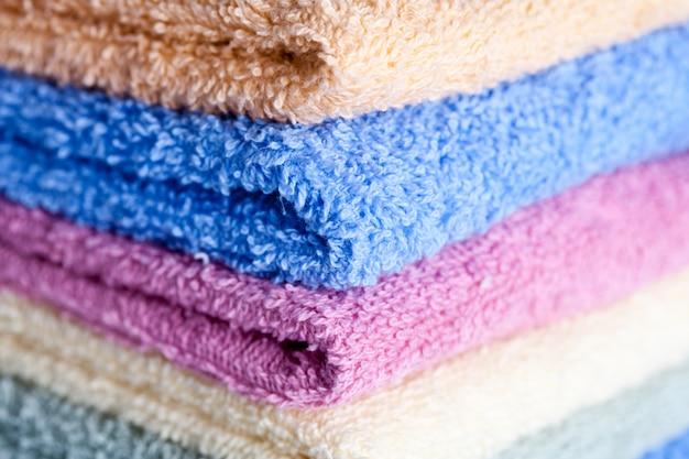 Serviettes colorées empilées