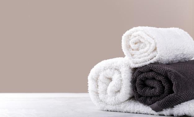 Serviettes en coton doux roulées blanches et beiges