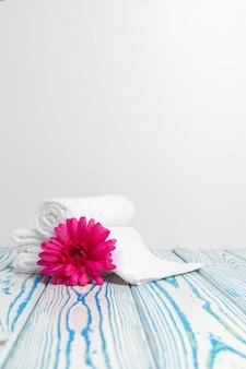 Serviettes douces et propres avec des fleurs sur une table en bois