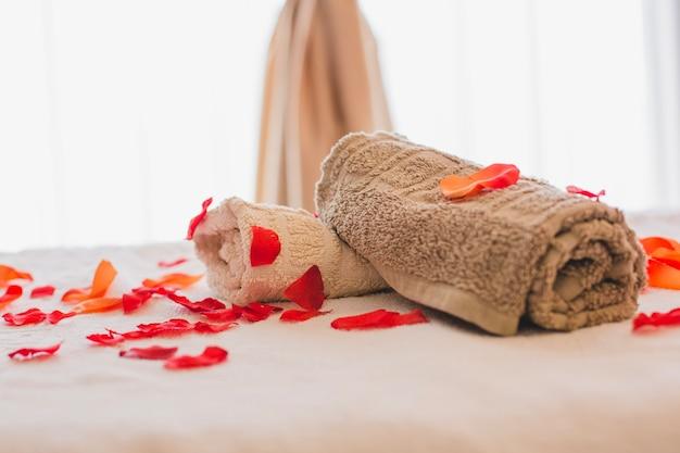 Serviettes enveloppées dans un salon de spa