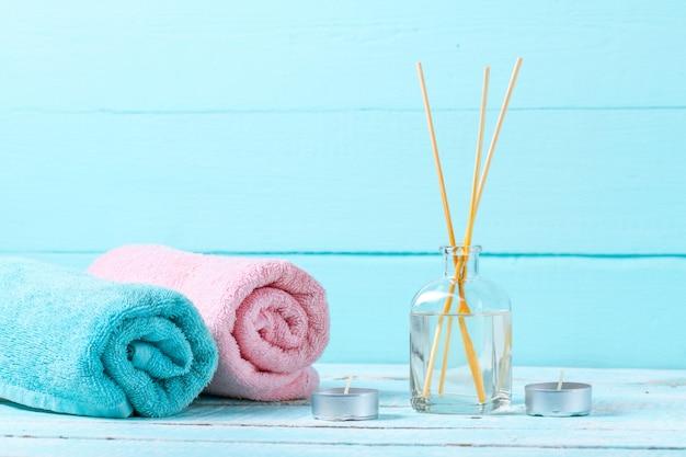 Serviettes sur un fond de bleu, en bois. hygiène. douche. salle de bains. espace de copie