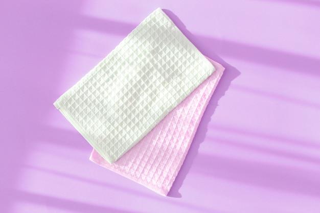 Serviettes gaufres sur fond violet. vue de dessus.