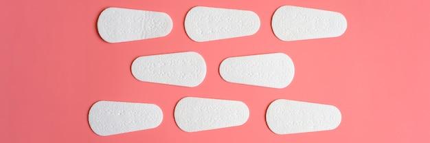 Serviettes hygiéniques ou serviettes hygiéniques menstruelles quotidiennes jetables pour femmes vides pures sur rose.