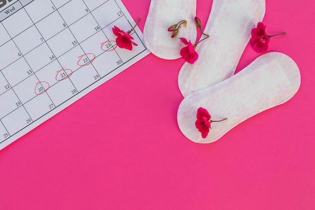 Serviettes hygiéniques vue de dessus avec des fleurs