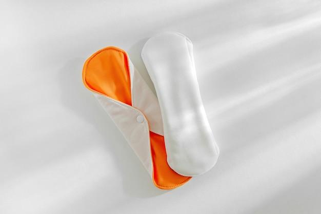 Serviettes menstruelles en tissu réutilisables. fournitures zéro déchet pour l'hygiène personnelle. mode de vie durable. concept sans plastique.