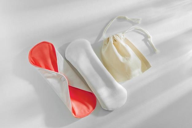 Serviettes menstruelles en tissu réutilisables. fournitures zéro déchet pour l'hygiène personnelle. mode de vie durable.