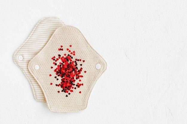 Serviettes menstruelles en tissu réutilisables. fournitures zéro déchet pour l'hygiène personnelle. vivre sans déchets.