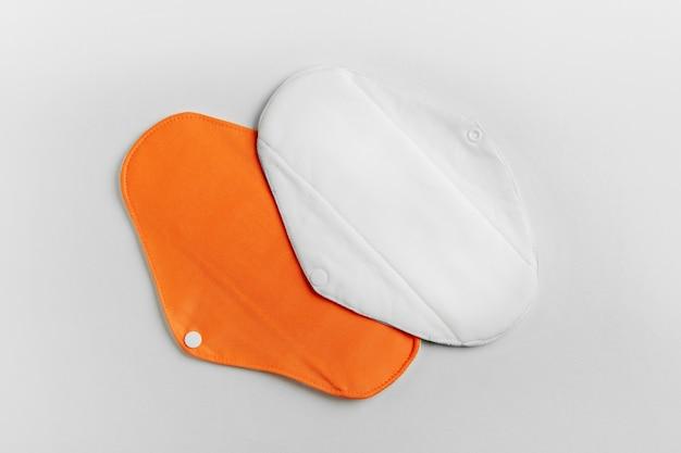 Serviettes menstruelles en tissu réutilisables. fournitures zéro déchet pour l'hygiène personnelle.