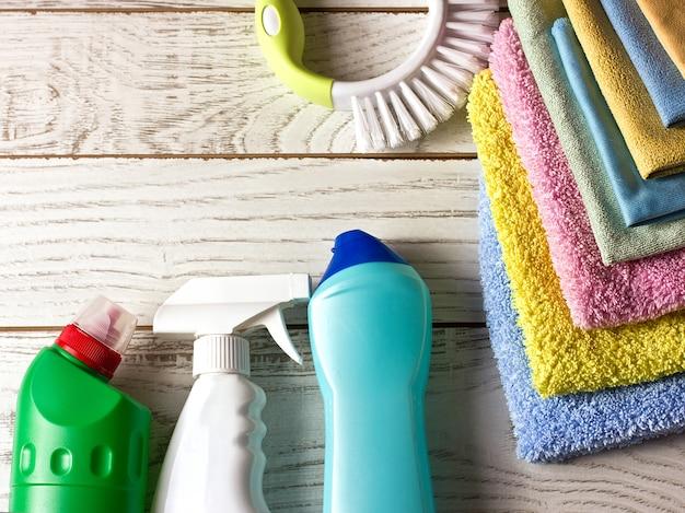 Serviettes en microfibre colorées, agent nettoyant, spray et pinceau sur