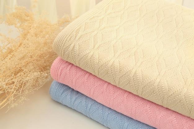 Serviettes moelleuses fraîchement lavées à l'intérieur de la chambre