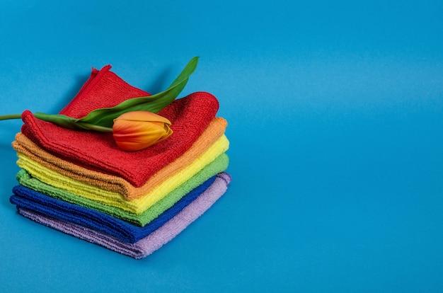 Serviettes multicolores aux couleurs arc-en-ciel sur un espace bleu