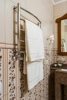 Serviettes sur un porte-serviettes chauffant chromé