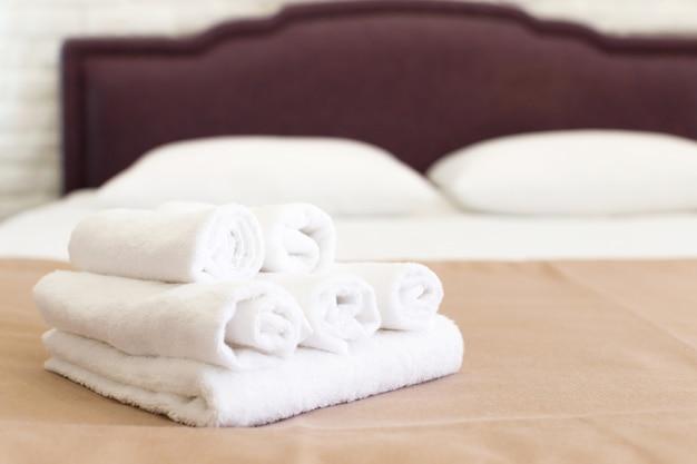 Serviettes propres sur le lit à la chambre d'hôtel