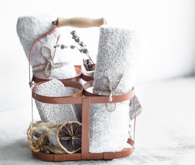 Serviettes et savon propres dans le panier