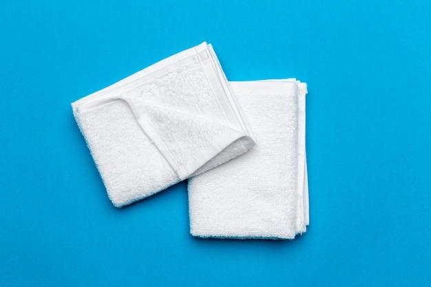 Serviettes de spa sur bleu