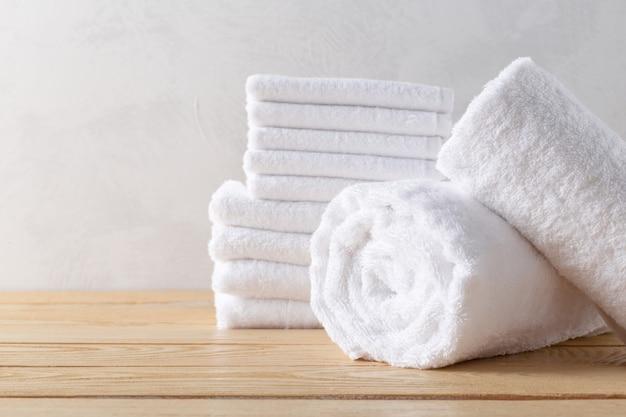 Serviettes de spa sur une surface en bois