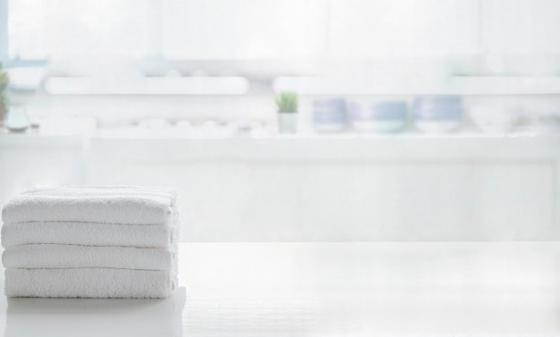 Serviettes sur table supérieure blanche avec espace copie sur salle de cuisine floue. pour le montage de l'affichage du produit.
