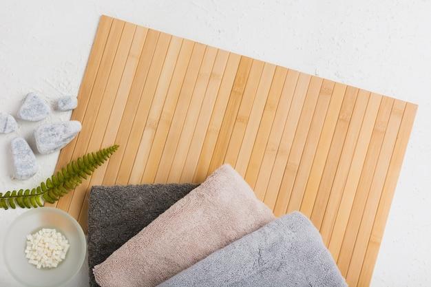Serviettes sur un tapis en bois avec des roches