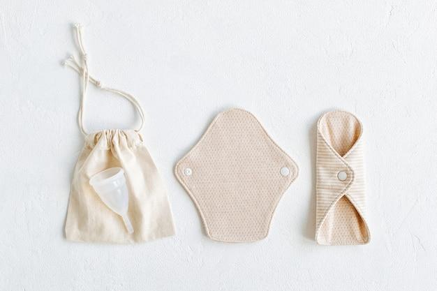 Serviettes En Tissu Réutilisables Et Coupe Menstruelle. Fournitures Zéro Déchet Pour L'hygiène Personnelle. Vivre Sans Déchets. Photo Premium