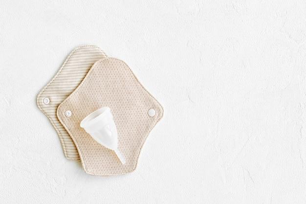 Serviettes en tissu réutilisables et coupe menstruelle. fournitures zéro déchet pour l'hygiène personnelle. vivre sans déchets.