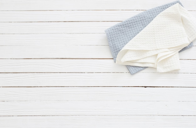 Serviettes en tissu sur table en bois blanc