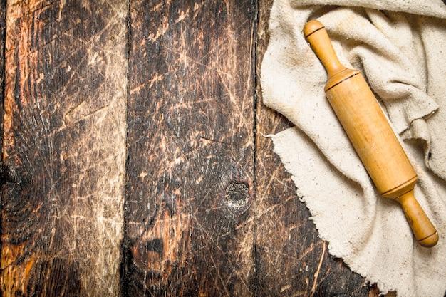 Servir l'arrière-plan. rouleau à pâtisserie l'ancien tissu.