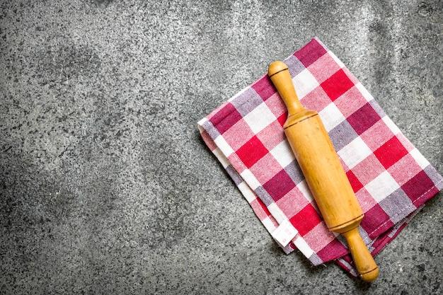 Servir l'arrière-plan. rouleau à pâtisserie sur une serviette.