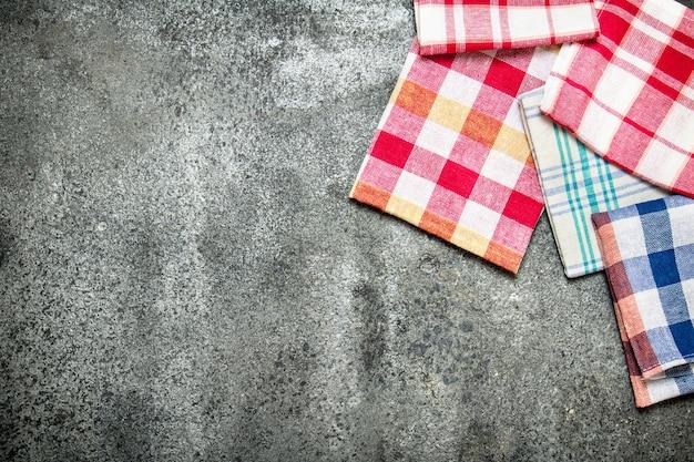 Servir l'arrière-plan. serviettes en textile. sur fond rustique.