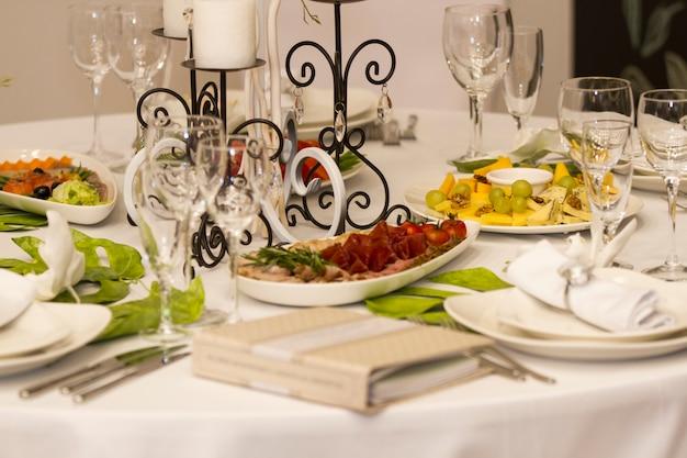 Servir le dîner, la fête de mariage.