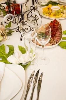 Servir un festin de mariage. magnifiquement conçu