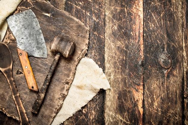 Servir de fond. ancienne planche à découper d'outils de cuisine. sur une table en bois.
