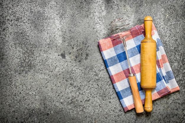 Servir de fond. rouleau à pâtisserie sur une serviette. sur fond rustique.