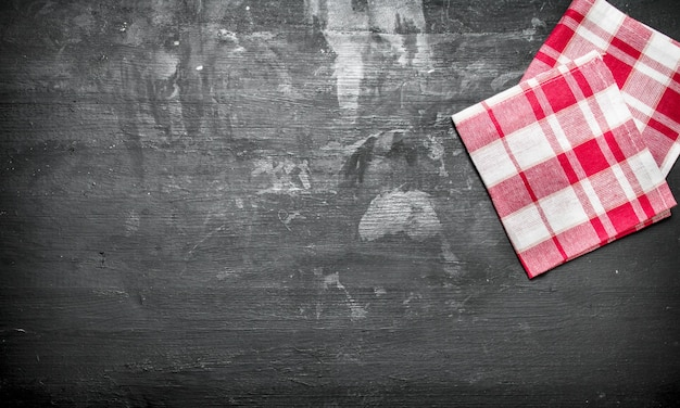 Servir de fond. serviettes. sur un tableau noir.