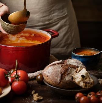 Servir l'idée de recette de photographie de nourriture de soupe de tomate