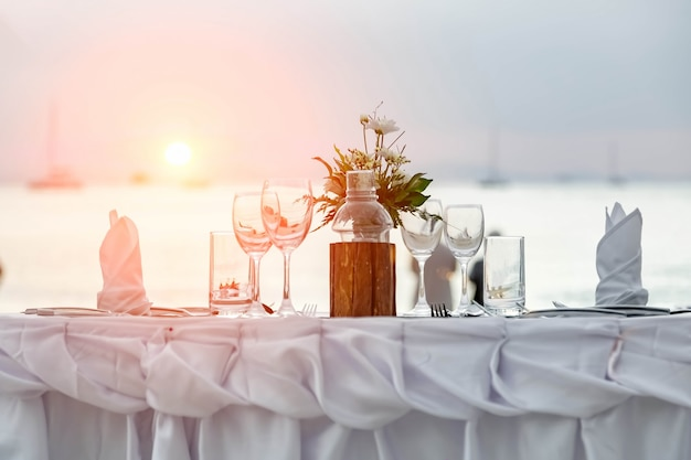 Servir pour un dîner romantique sur la plage au coucher du soleil