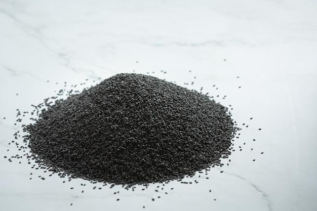Sésame noir sur fond de marbre