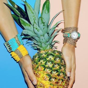 Set accessoire dames. montres, bracelets, style estival lumineux.