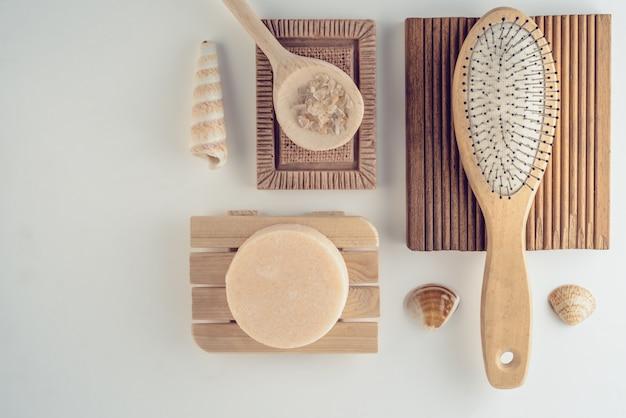 Set de bain avec sel, shampoing sec fait à la main et pinceau à flaque.