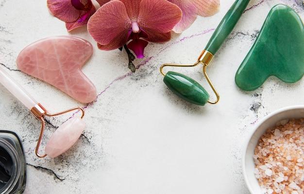 Set cosmétique spa bio naturel avec des fleurs d'orchidées