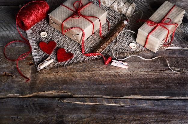 Set de couture: tissus, fils, épingles, boutons, ruban adhésif et cœurs faits à la main sur toile de jute, toile de sac