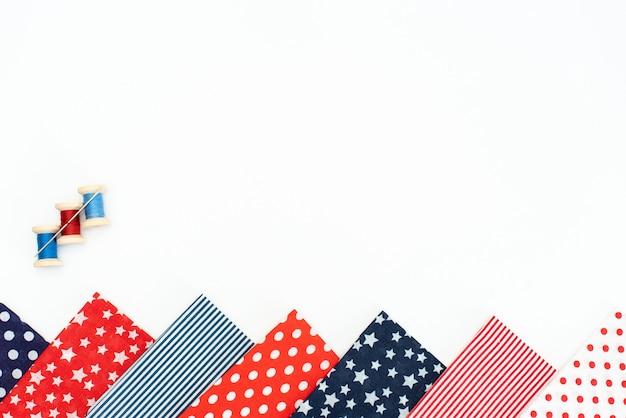 Set de couture: tissus et fils sur table en bois