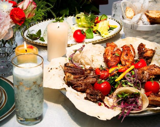Set de kebab avec légumes frits et dovga
