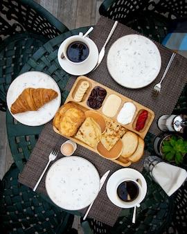 Set petit déjeuner avec croûtons croissants et crêpes